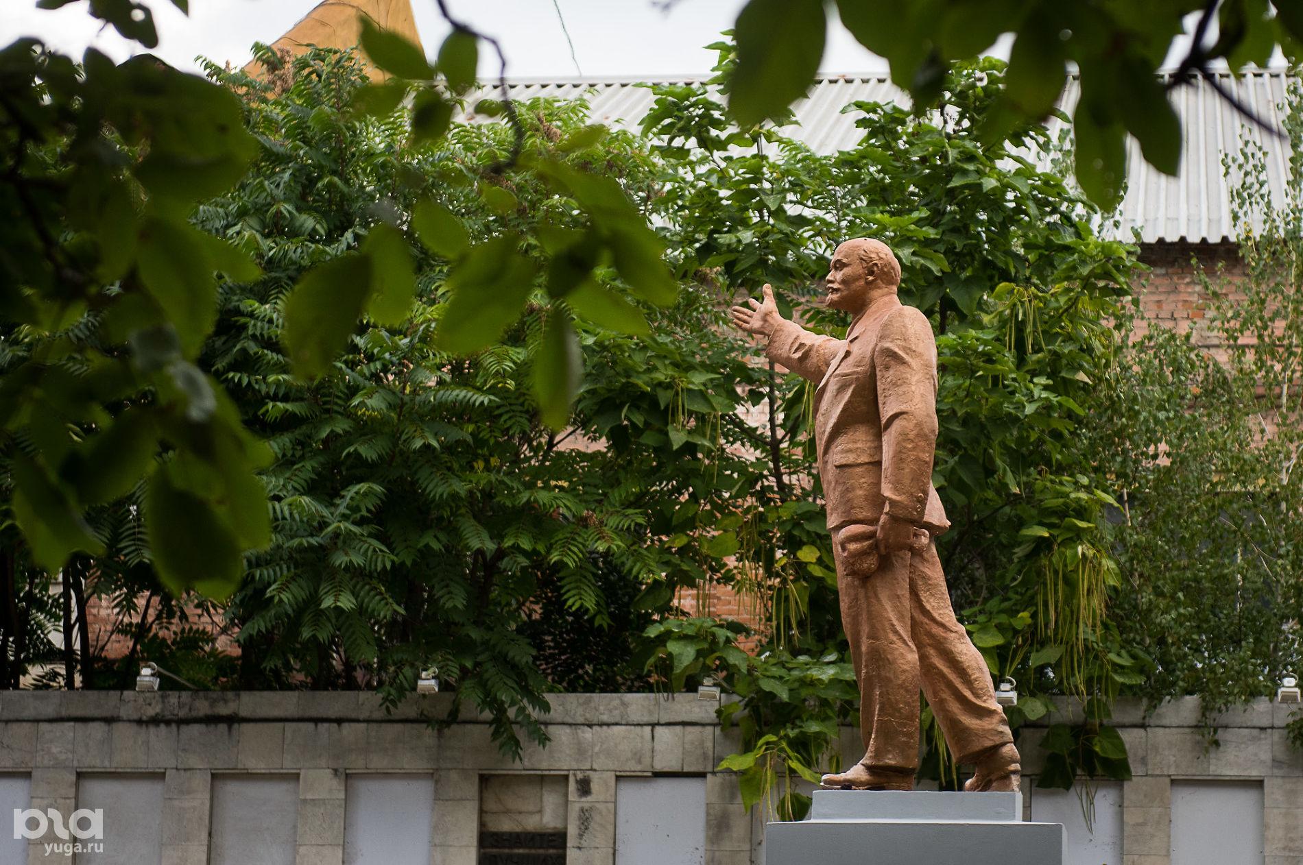 Памятник Ленину на территории завода «Седин» ©Фото Елены Синеок, Юга.ру