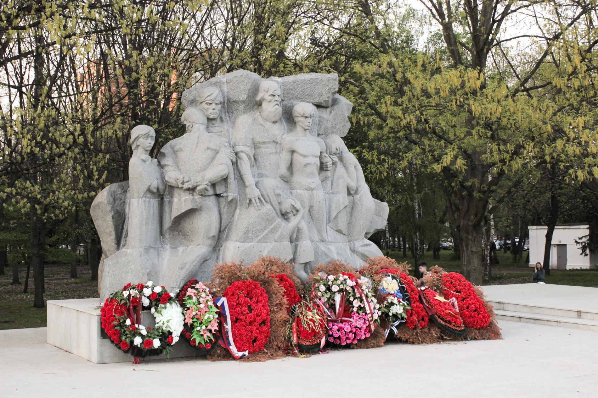 Скульптурная группа, символизирующая 13 тыс. жертв фашизма ©Фото Динара Бурангулова, Юга.ру