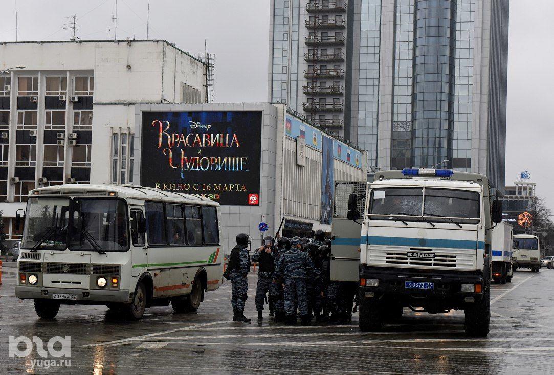 В районе театра драмы дежурит несколько автозаков и другие полицейские машины ©Фото Елены Синеок, Юга.ру