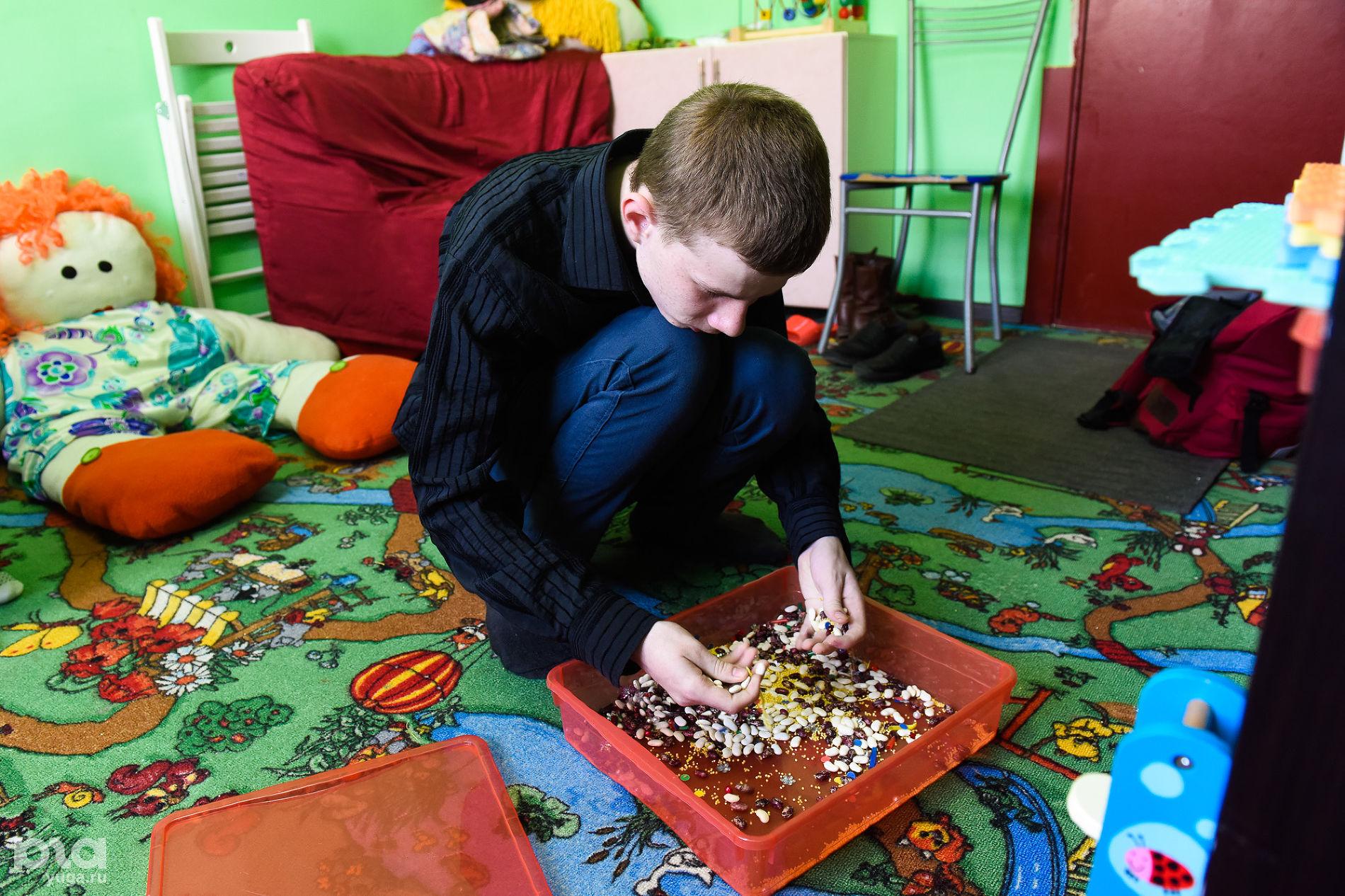 Никита отдыхает после занятия — ему нравится перебирать мелкие предметы ©фото Елены Синеок, Юга.ру