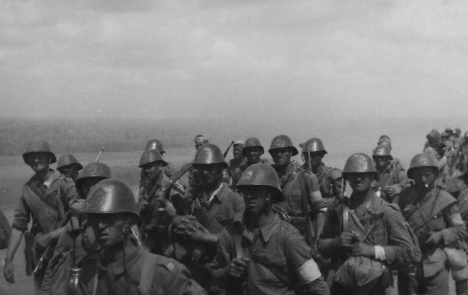 Румынская пехота движется к фронту. Северный Кавказ, август 1942 года ©Фото с сайта waralbum.ru