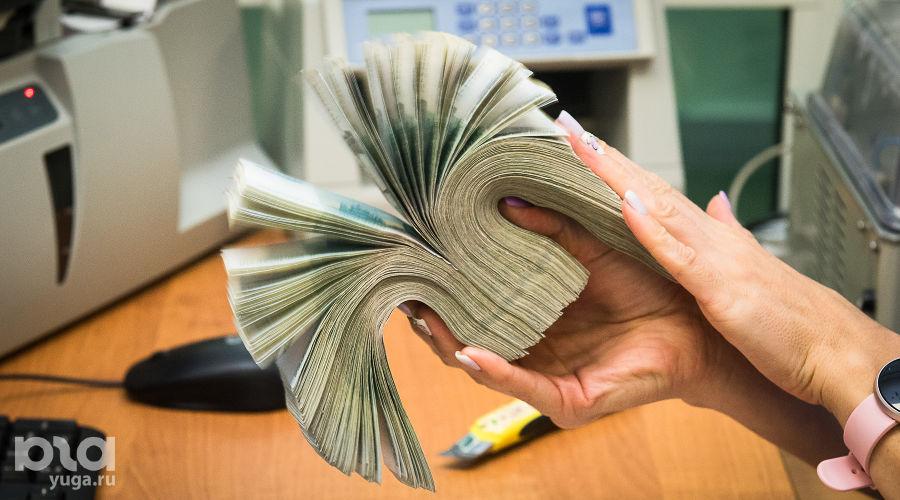 Проверка купюр в кассовом подразделении Южного ГУ Банка России ©Фото Елены Синеок, Юга.ру