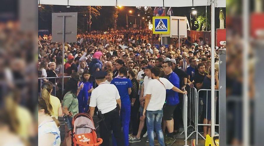 На входе в фан-зону ©Фото из группы vk.com/rostovnetip