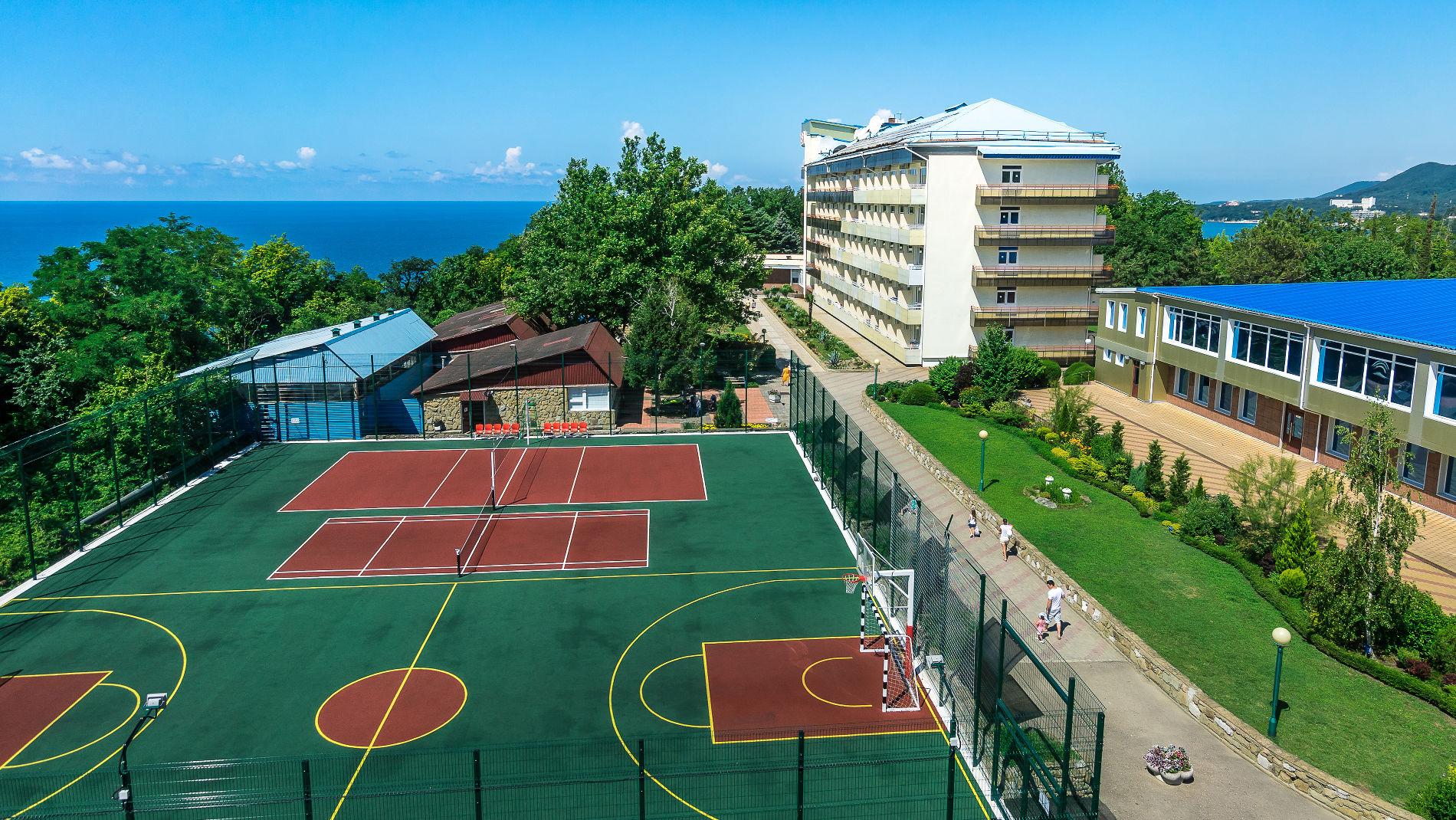 На территории — два корпуса и семейные коттеджи, рассчитанные на прием до 700 гостей, большая современная столовая на три зала со шведской линией, спортивные площадки, тренажерный и теннисный залы, детская игровая площадка с подогреваемым бассейном
