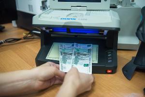 Проверка банкнот ©Фото Елены Синеок, Юга.ру