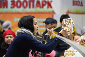 Контрольное взвешивание элемента пряничной деревни ©Елена Синеок, ЮГА.ру